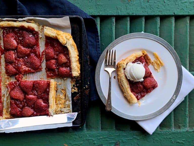 Easy 4-Ingredient Rhubarb Strawberry Flat Pie